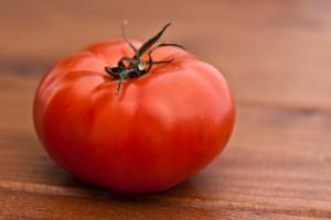 ganze einzelne Tomate