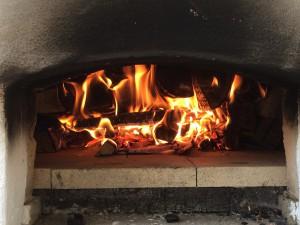 Blick in das Innere des Angefeuerter Holzofen